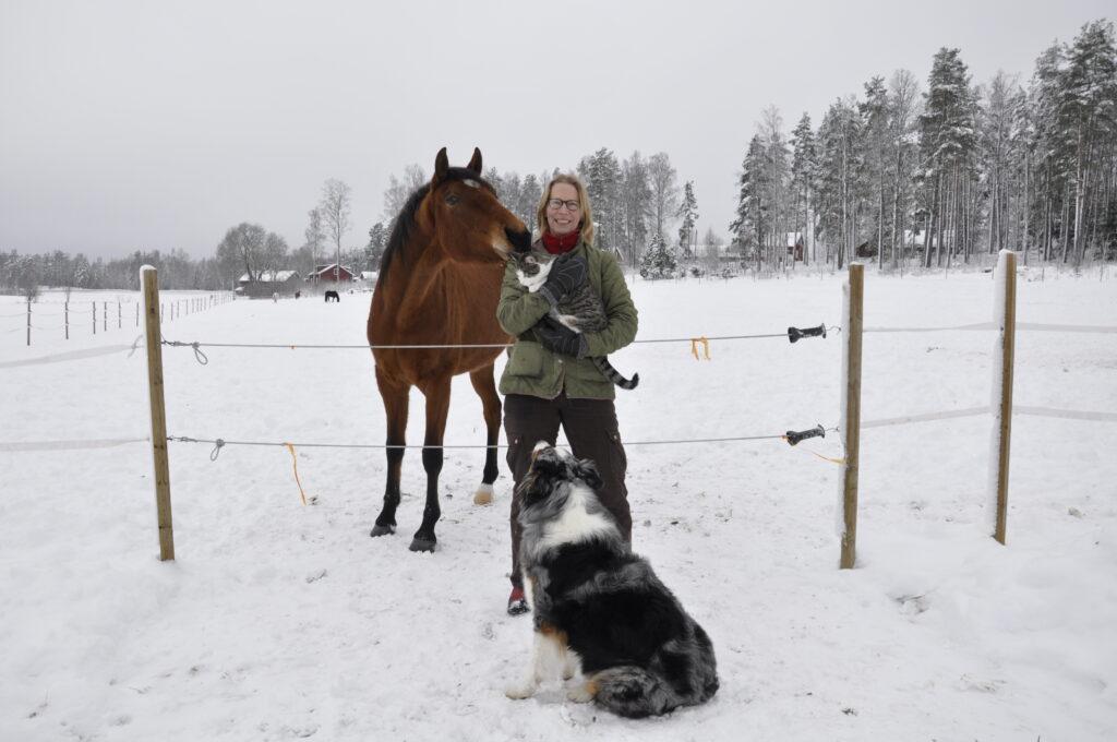 Dessan pussar på Strippen i Sannas famn medans Lova håller koll, Vintern 2020/21